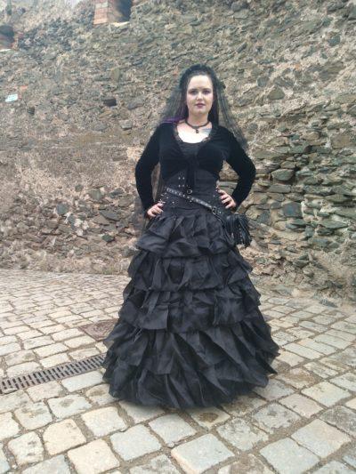 Autorka bloga w gotyckiej sukni i w gorsecie.